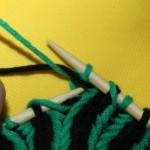 Farbwechsel Patent linke Reihe: Den Faden (grün) vor die Arbeit legen